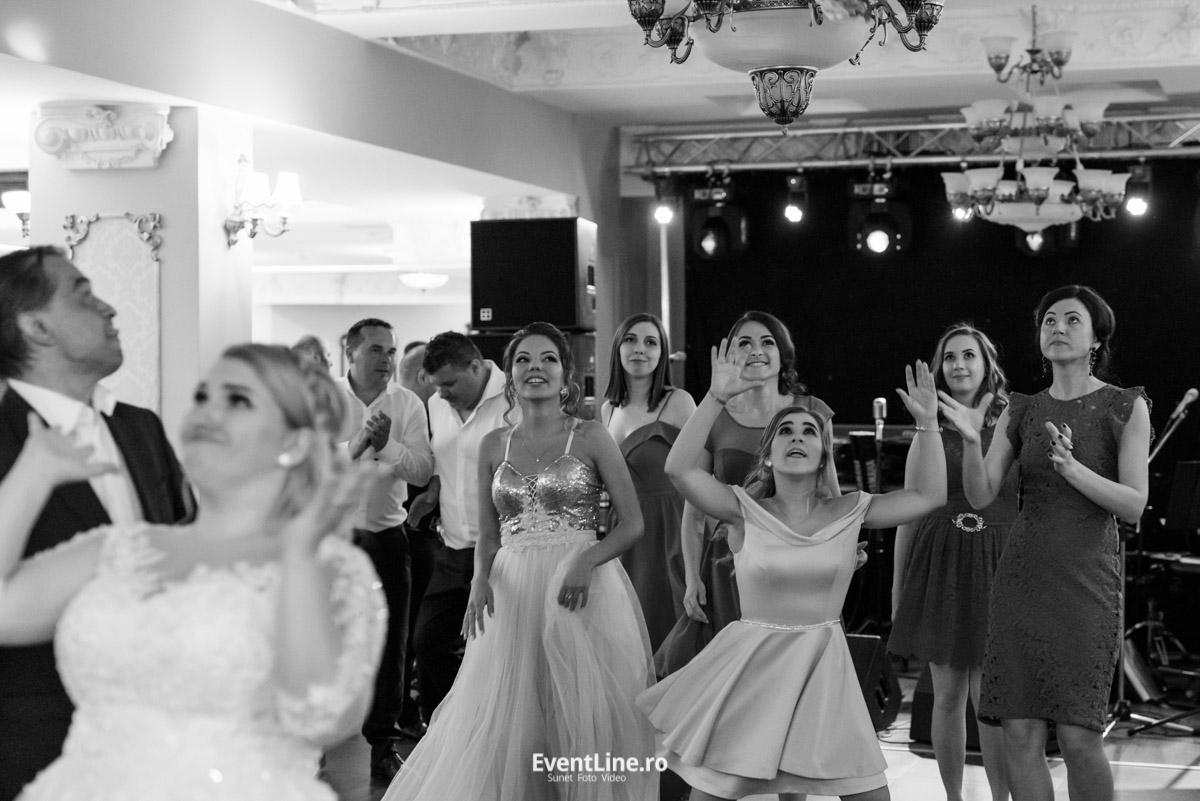 Aruncatul buchetului miresei la nunta 52